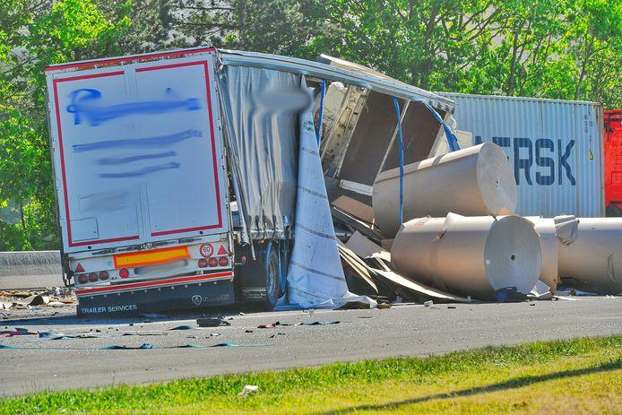 Op de A67 bij de grens met België is dinsdagmiddag rond 15.40 uur een ernstig ongeluk gebeurd met meerdere vrachtwagens.