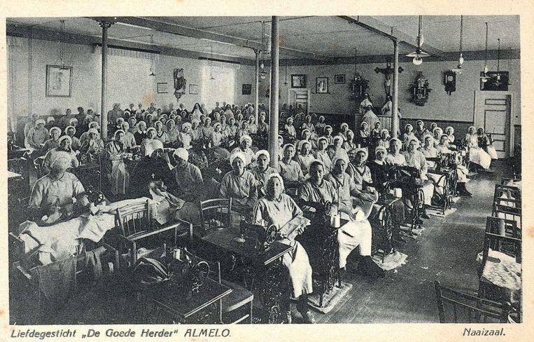 Het naaiatelier van de Zusters van de Goede Herder in Almelo, eind jaren veertig. Beeld Fotostudio Smit