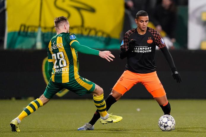 Mo Ihattaren in duel met Laurens de Bock van ADO.
