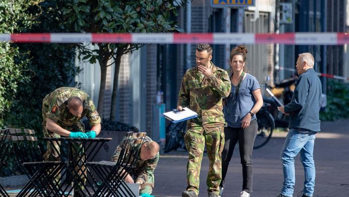 Medewerkers van de Explosieven Opruimingsdienst zaterdagochtend op de Spuistraat.