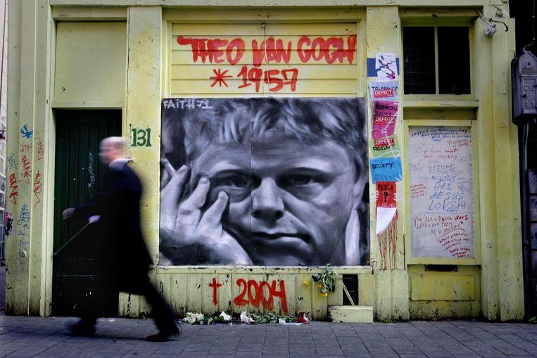 Een graffiti-kunstenaar heeft een portret van Theo van Gogh gemaakt in de Warmoesstraat in Amsterdam. Beeld anp