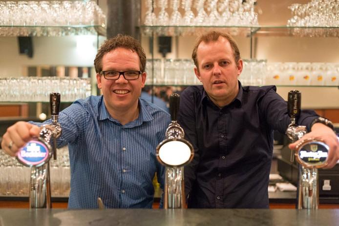 Bas te Velthuis (links) en geboren Luttenberger Niek Kleine Toereers tappen in het Sportcafé van sportcomplex Tijenraan. foto Rogier van den Berg
