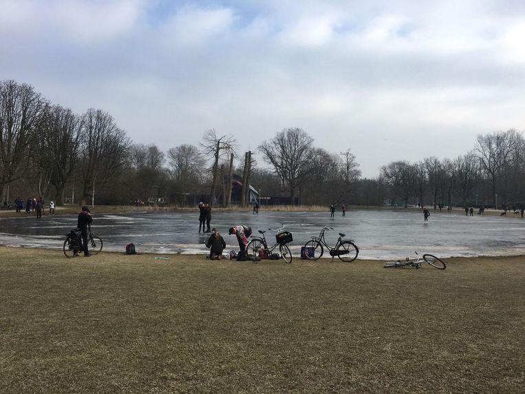 Ondanks waarschuwingen van politie en gemeente waagt men zich toch op het ijs Beeld Steffi Posthumus