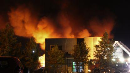 Zware bedrijfsbrand in Genk, brandweer vraagt vensters en deuren gesloten te houden