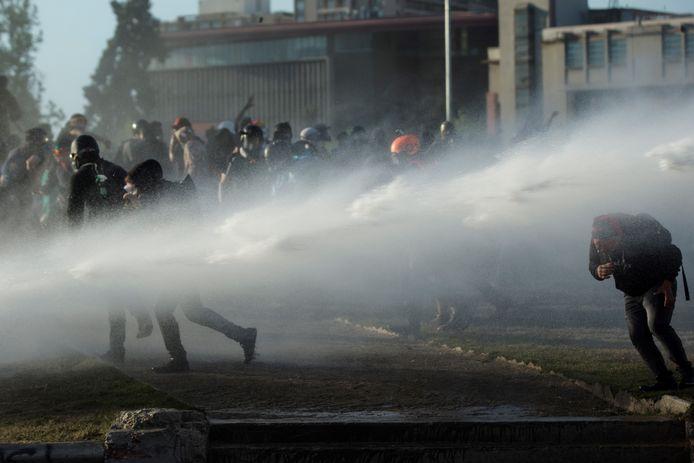 Ook tijdens het referendum raakten tientallen demonstranten in de Chileense hoofdstad Santiago nog slaags met de politie.