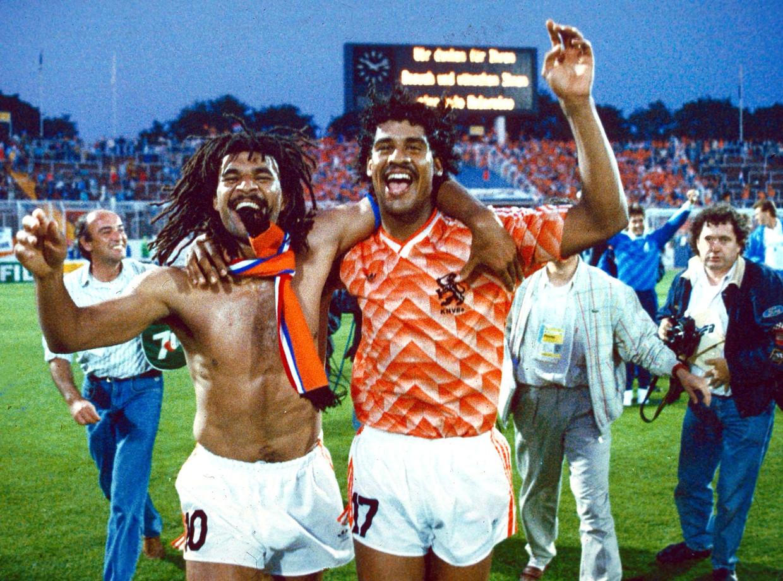 Ruud Gullit (l) en Frank Rijkaard na het winnen van de halve finale van West-Duitsland tijdens het EK 1988 in Hamburg.  Beeld ANP