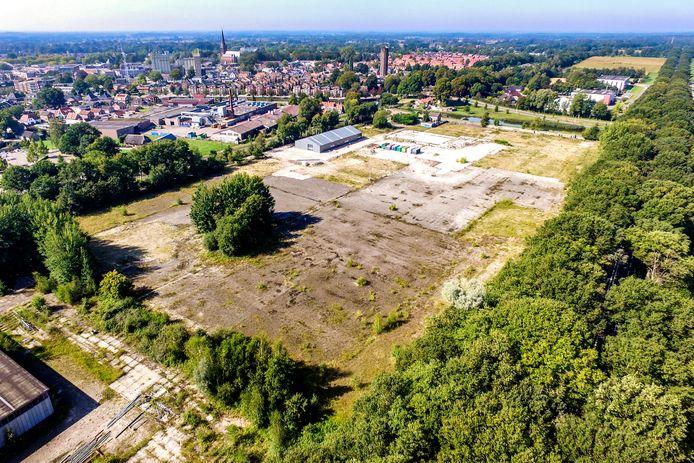 Een deel van het MBI-terrein wordt gevuld met zonnepanelen. Op de achtergrond van het terrein de nieuwe loods van carnavalsvereniging de Stöppelkaters.