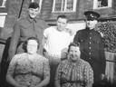 Luitenant John Gordon Kavanagh (linksboven) met zijn familie in Canada, toen hij nog in opleiding was voor het leger. Naast hem zijn broers Frank en Bob, vooraan vanaf links moeder Cora en zus Mabel.