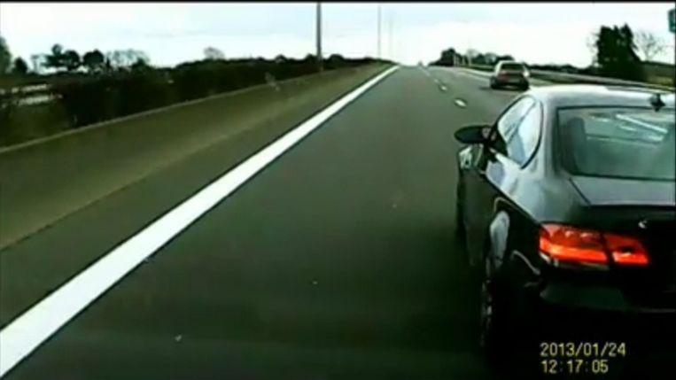 De wegpiraat remt bruusk, waarop zijn achterligger in allerijl moet uitwijken. De BMW-bestuurder doet dit in totaal vier keer.