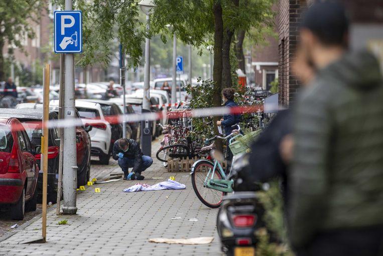 Politie doet onderzoek in de Vechtstraat in de Amsterdamse Rivierenbuurt. Beeld ANP