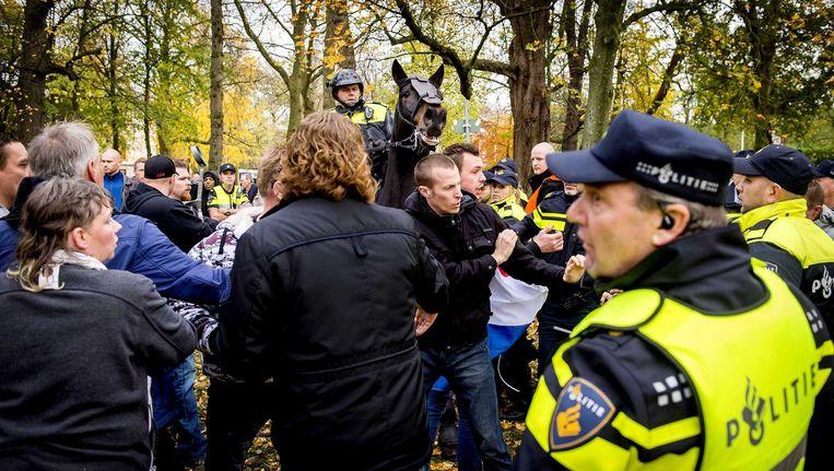 Politie en demonstranten in Utrecht, gisteren. Beeld anp