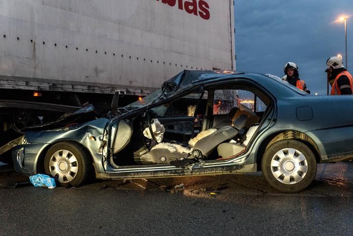 Gewonde autobestuurder bij ongeluk met vrachtwagen bij Hazeldonk