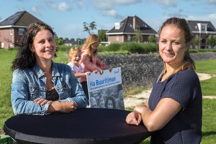 Warande-bewoners Ellen Vogelzang en Martha Rispens staan op de informatiemarkt met bewonersvereniging WIJ Warande.