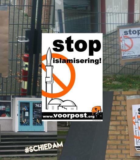 Posters van extreemrechtse actiegroep Voorpost op ramen van Schiedamse basisscholen