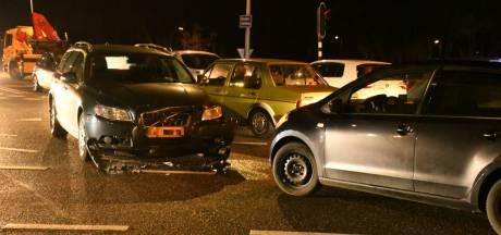 Verkeerschaos in Enschede na aanrijding tussen twee auto's