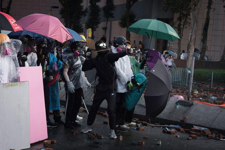 Archiefbeeld. Vorig jaar ontstonden massale protesten toen de leiding in Hongkong een wet wilde invoeren waarmee uitlevering van personen aan China mogelijk zou worden. De wet ging onder druk van de protesten van tafel maar actievoerders bleven de straat op gaan om te demonstreren tegen grotere invloed van China op de stadstaat.