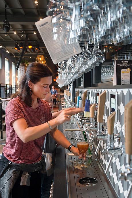 Tof voor Arnhem: In 't Taphuys tap je zelf je wijntje en biertje
