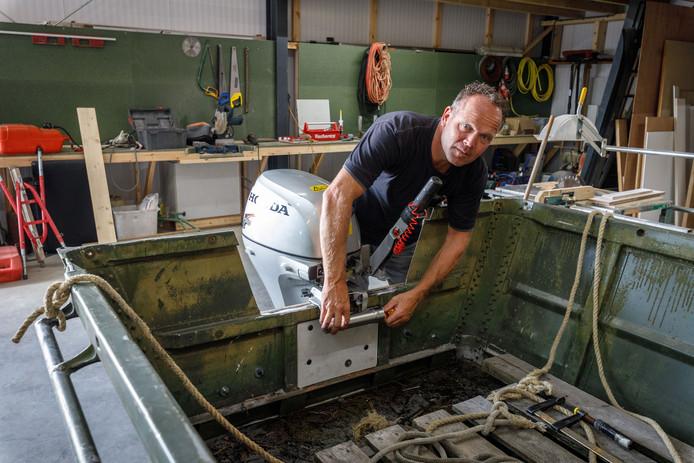 Patrick Koppers bevestigt maar weer een nieuwe motor aan zijn werkboot. Dit keer met een extra slot. Zijn boot lag onder de brug in de gracht toen de motor werd gesloten.