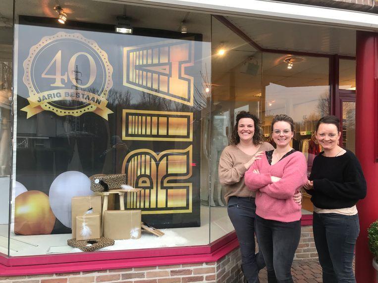 Textiel Ria in Kessel wordt 40 jaar: Femke, Jolien en Helena.