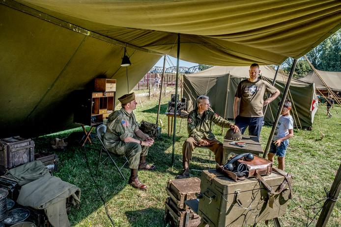 Re-ieactors hebben hun kamp opgeslagen achter het gemaal in Grave.