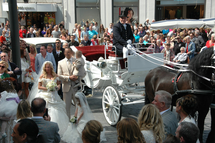 4 mei 2013: Grada K.  en haar bruidegom Faysal L. arriveren per koets bij het stadhuis in Den Bosch, waar ze in het huwelijk treden.
