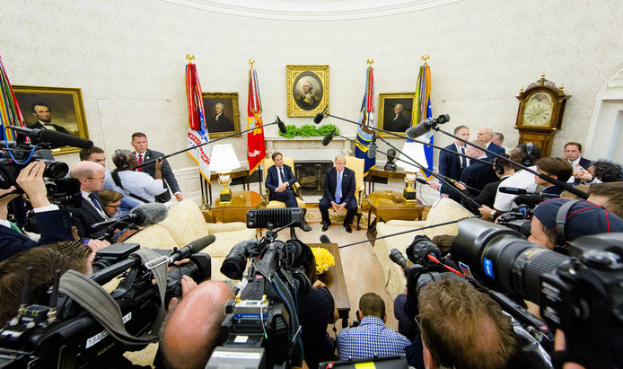 Premier Mark Rutte ontmoet de Amerikaanse president Donald Trump in de Oval Office van het Witte Huis.