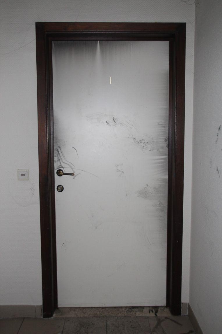 De zwartgeblakerde voordeur van het slachtoffer