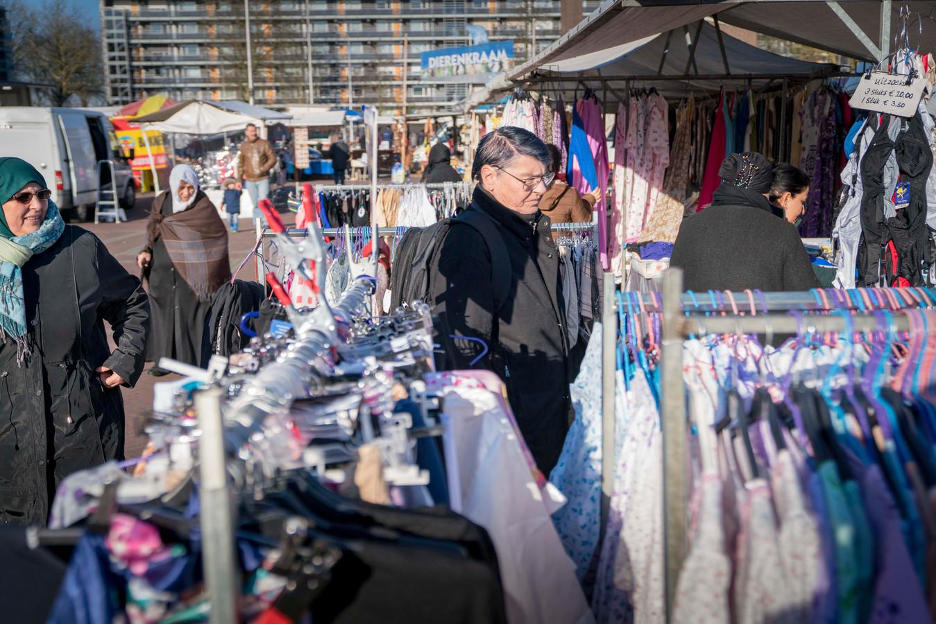 Op zoek naar leuke kleding op de markt. De gemeenten meldt 'steeds meer lege plekken voor textiel', ook op de markt nabij het stadshart.