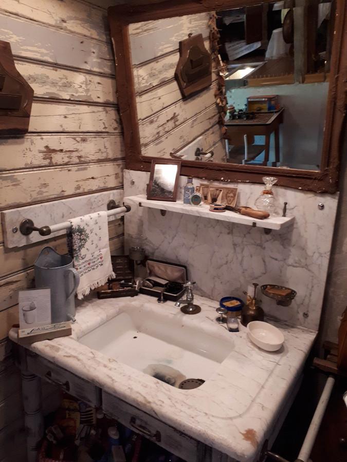 Een oude wastafel.