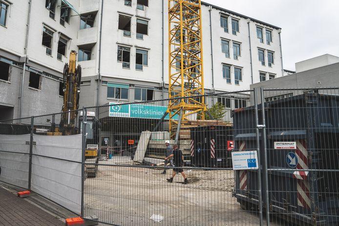 Sint-Lucas heeft de deur van de Volkskliniek achter zich dicht getrokken. Het gebouw wordt nu omgebouwd tot wooncomplex met appartementen en assistentiewoningen.