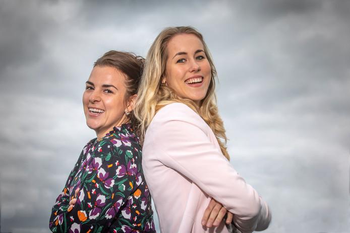 Dankzij gesprekken met hun vrienden kwamen Tess Wemeijer (links) en Loes Hegeman op het idee voor handboek over de vagina. ,,Hoe meer wijn in de vrouw, hoe loslippiger. Dus dan kwamen de verhalen.''