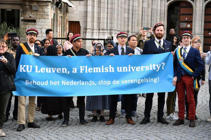 Rechts protest tegen het stijgend gebruik van het Engels in de colleges.