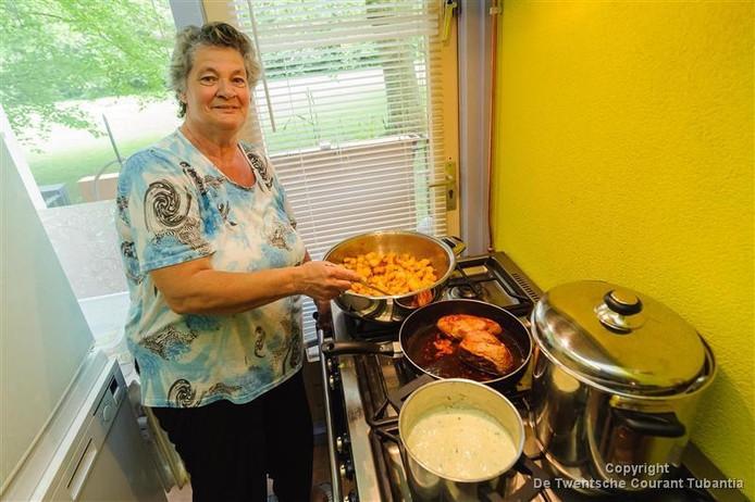 Sonja Engbersen aan het koken in het vorige kulturhuske. Daar gaat ze mee door in het wijkcentrum.