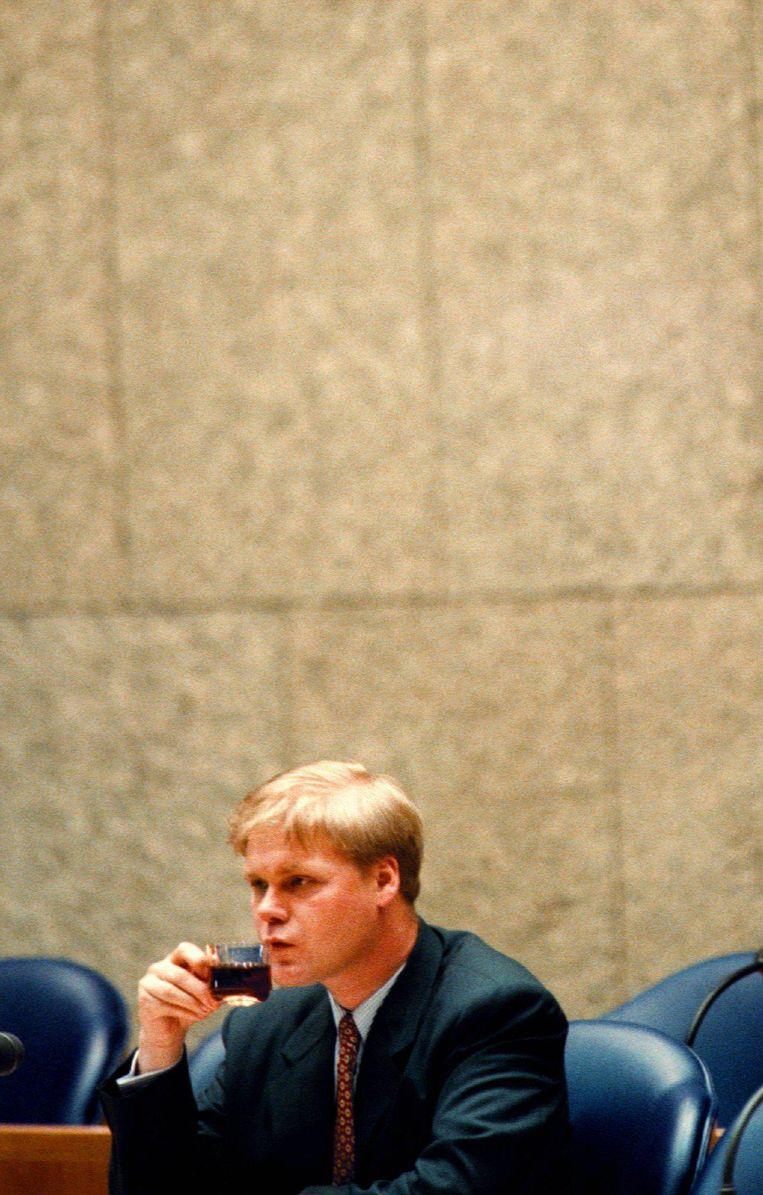 Toenmalig staatssecretaris Robin Linschoten drinkt koffie in de Tweede Kamer, ten tijde van het Ctsv-debat. Beeld anp