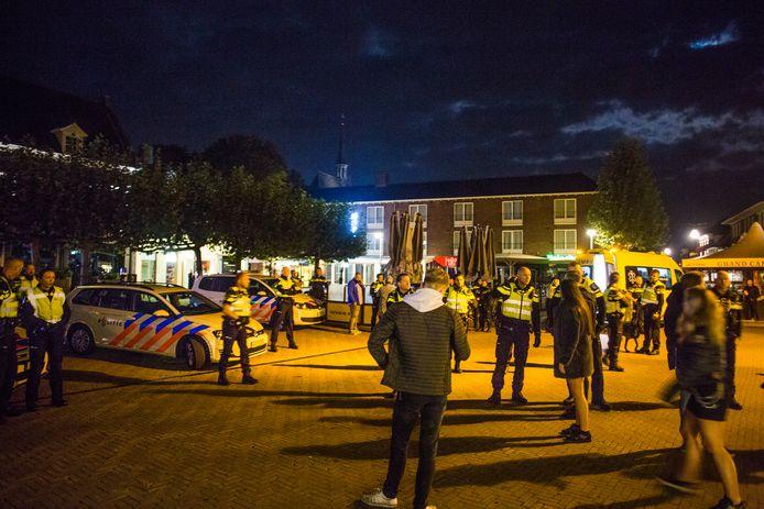 De politie kwam met 24 wagens, twee hondengeleiders en 50 agenten naar Doetinchem om er de rust te herstellen.