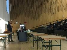 """Carl Devos geeft eerste live les politicologie alleen aan nieuwe studenten: """"Harde keuze, maar ik wil deze generatie niet verliezen"""""""