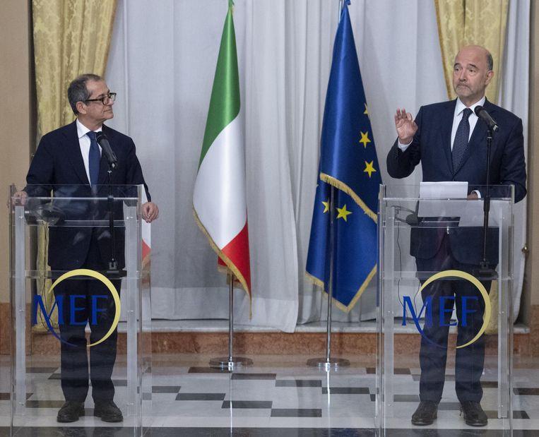De Italiaanse minister van Economie en Financiën Giovanni Tria (links) en de EU-commissaris voor Economische en Monetaire Zaken, Pierre Moscovici tijdens een persconferentie in Rome vorige maand.