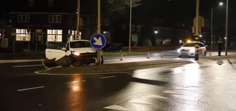 Auto achtergelaten na botsing tegen lantaarnpaal in Grave