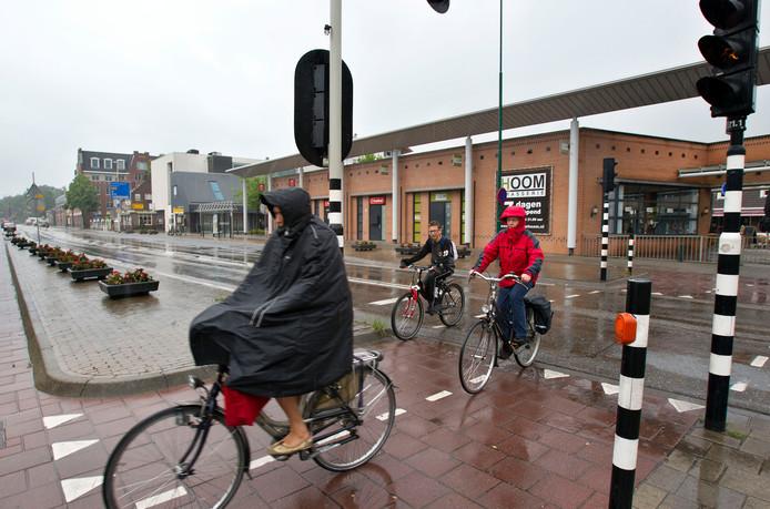 Het zuidelijke poortgebouw langs de N69 in Aalst waarachter winkelcentrum Den Hof ligt. De andere - noordelijke - helft wil de gemeente opkopen en afbreken. Daar is nu een eerste stap in gezet (archieffoto).