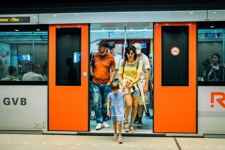 Reizigers bij Centraal Station. Beeld Marcel Wogram