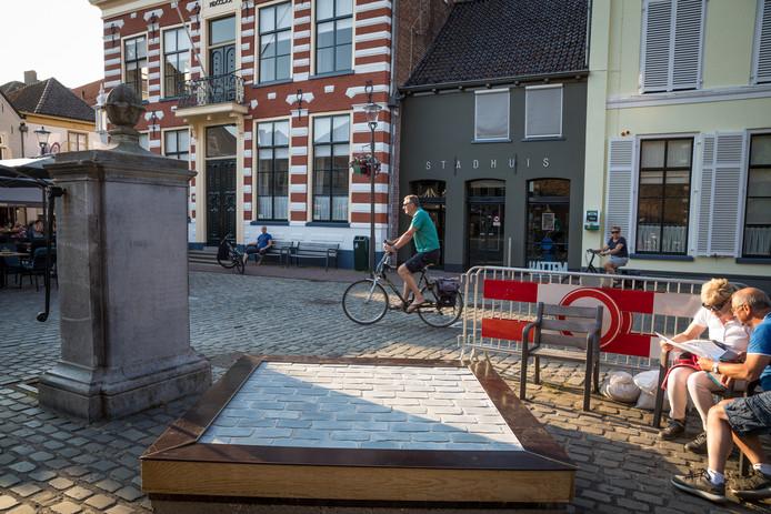 Op de Markt in Hattem heeft de gemeente een nieuw testvlak neergelegd met de beoogde bestrating van gezaagde stenen.