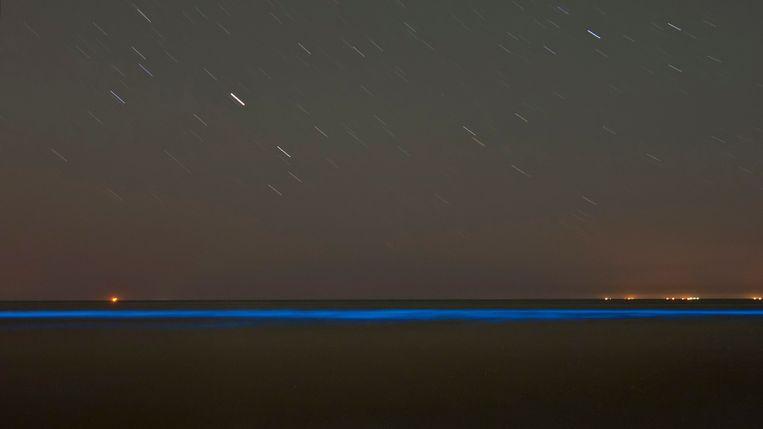 Oplichtend zeewater in de branding bij het strand van het Nederlandse Noordwijk. Archieffoto.