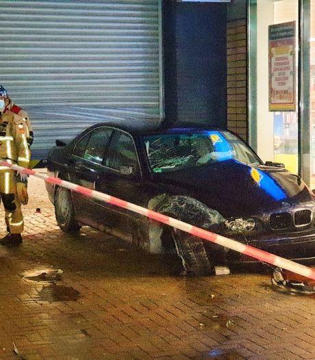 Auto rijdt dwars door magazijn van supermarkt in Enschede