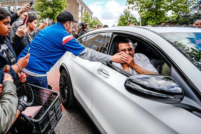 De vader van Abdelhak Nouri bedankt een van de duizenden fans die hun steun aan de familie betuigen.