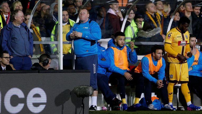 Wayne Shaw, reservekeeper van Sutton United, eet zijn pasteitje Beeld Andrew Couldridge
