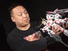 Alphenaar Siu (36) maakte van de passie voor Aziatische robots zijn werk: 'Ik ben er mee opgegroeid'