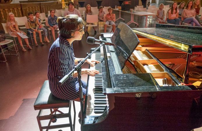 Tanja Bije speelt piano tijdens de Masterclass.