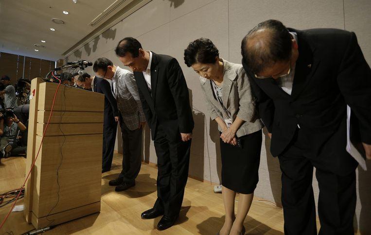 De top van Asiana Airlines maken een buiging tijdens een persconferentie over het neerstorten van een Boeing 777 in San Francisco. CEO Yoon Young-doo is de vierde van rechts af. Beeld ap