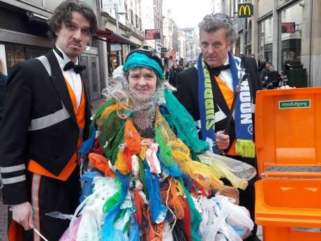 Clarien steelt show met jurk van plastic zakjes in Arnhemse 'Plastic Soep Parade'
