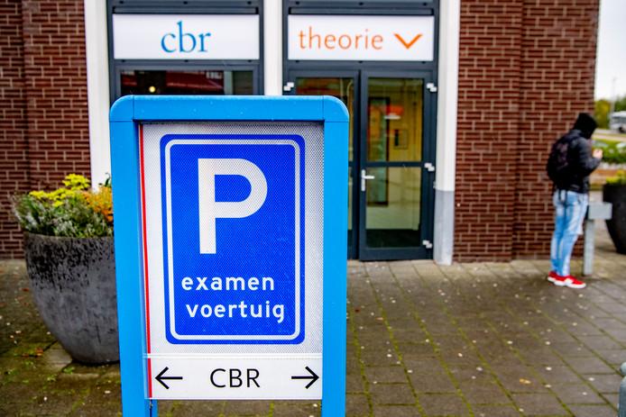 De branchevereniging VRB (Vereniging Rijschool Belang) is geen voorstander van al die spoedcursussen om je auto theorie-examen te halen. Ze zegt dat de verkeerskennis niet blijft hangen.